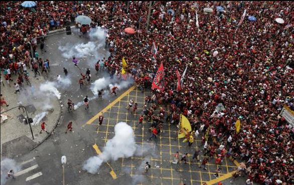 Quang cảnh như chiến trường khi Flamengo trở về sau chiến thắng ở Copa Libertadores - Ảnh 6.