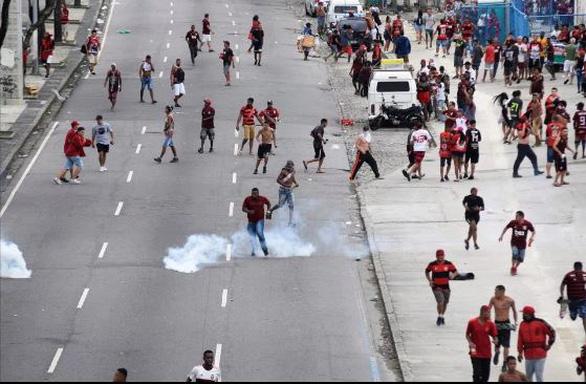 Quang cảnh như chiến trường khi Flamengo trở về sau chiến thắng ở Copa Libertadores - Ảnh 7.