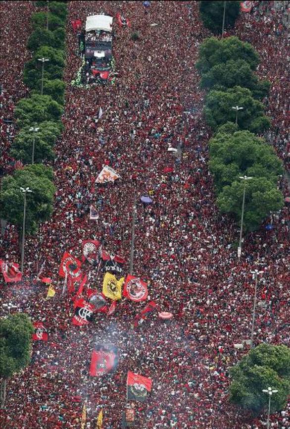 Quang cảnh như chiến trường khi Flamengo trở về sau chiến thắng ở Copa Libertadores - Ảnh 8.