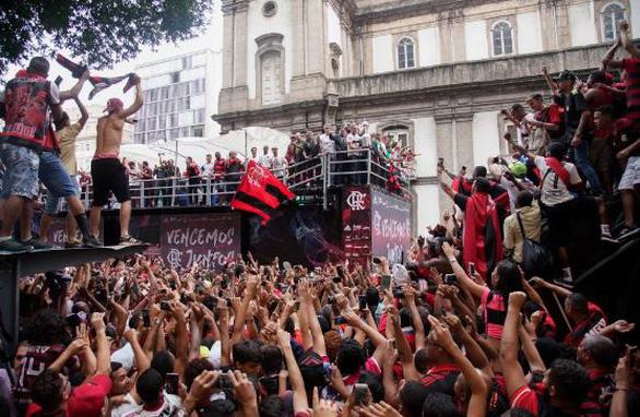 Quang cảnh như chiến trường khi Flamengo trở về sau chiến thắng ở Copa Libertadores - Ảnh 1.