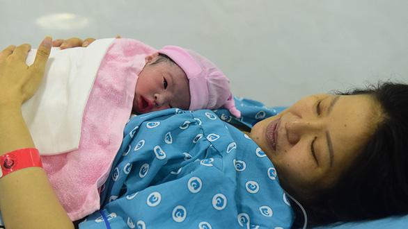 Mức sinh thấp nghiêm trọng, TP.HCM nên khuyến khích sinh con thứ 3 - Ảnh 1.