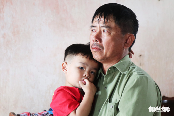 Các gia đình Nghệ An có người thân tử nạn ở Anh nhận tiền hỗ trợ đưa thi thể về nước - Ảnh 1.