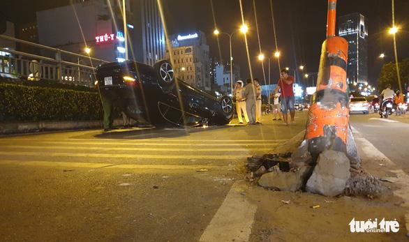Xe hơi tự tông dải phân cách, phơi bụng giữa đường Điện Biên Phủ - Ảnh 2.