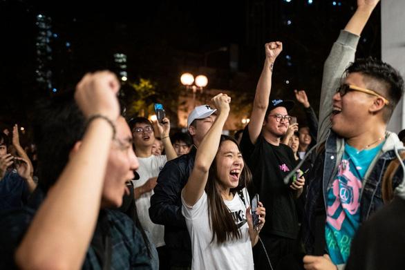 Báo Trung Quốc lơ kết quả bầu cử ở Hong Kong - Ảnh 1.