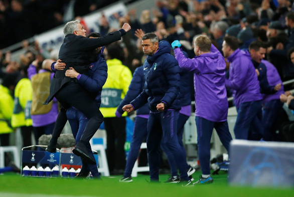 HLV Mourinho cảm ơn pha kiến tạo của cậu bé nhặt bóng giúp Tottenham gỡ hòa - Ảnh 1.