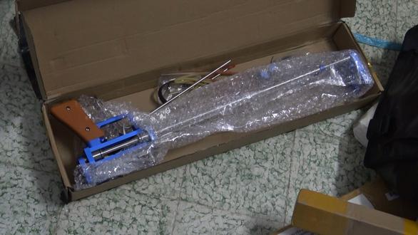 1.000 hung khí đội lốt công cụ nhà bếp chuyển qua đường bưu điện - Ảnh 2.