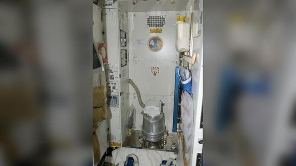 Phi hành gia trên ISS phải xài tã vì toàn bộ nhà vệ sinh bị hư - Ảnh 1.
