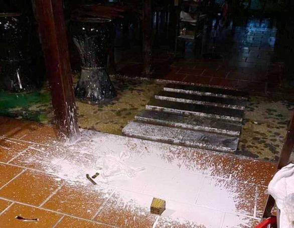Nhà hàng ở Hội An liên tục bị kẻ xấu khủng bố bằng sơn, mắm tôm - Ảnh 2.
