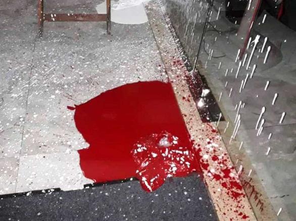 Nhà hàng ở Hội An liên tục bị kẻ xấu khủng bố bằng sơn, mắm tôm - Ảnh 1.