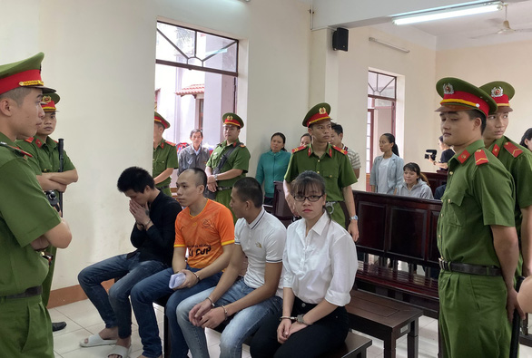 Vụ Alibaba: Tòa chiếu clip đập phá, tuyên Nguyễn Huỳnh Tú Trinh 4 năm 6 tháng tù - Ảnh 3.
