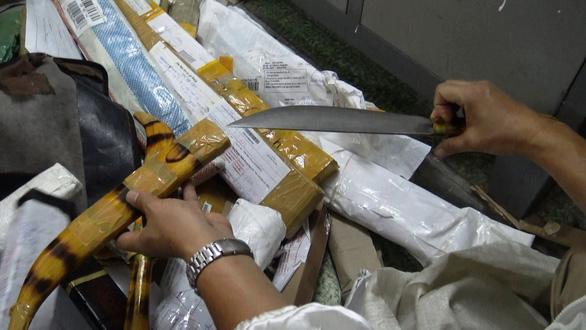 1.000 hung khí đội lốt công cụ nhà bếp chuyển qua đường bưu điện - Ảnh 1.