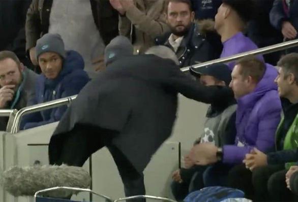 HLV Mourinho cảm ơn pha kiến tạo của cậu bé nhặt bóng giúp Tottenham gỡ hòa - Ảnh 3.
