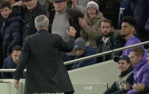 HLV Mourinho cảm ơn pha kiến tạo của cậu bé nhặt bóng giúp Tottenham gỡ hòa - Ảnh 2.