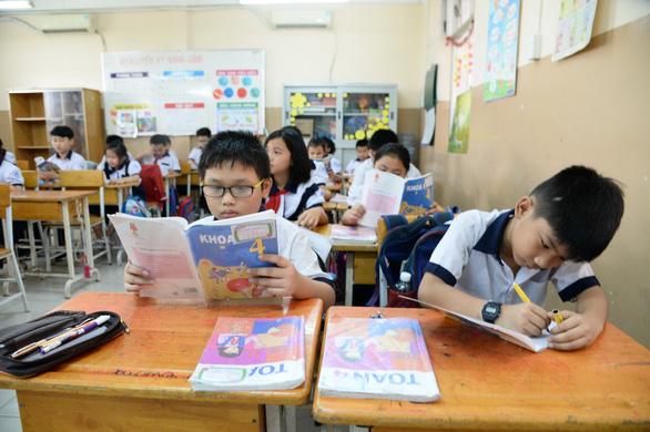 Giao hiệu trưởng chọn sách giáo khoa: chọn xong có phải đổi theo luật mới? - Ảnh 1.
