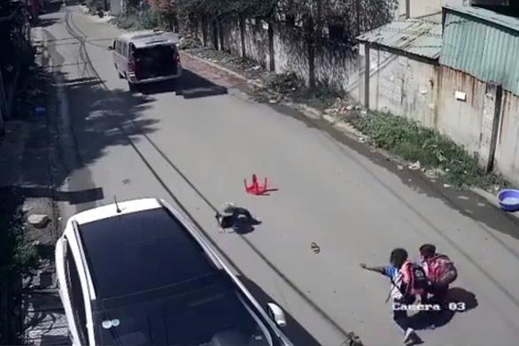 3 học sinh lớp 1 rớt khỏi xe đưa rước đang chạy - Ảnh 2.