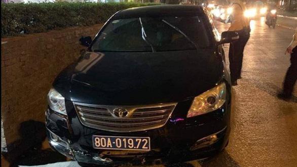 Xe biển xanh của Liên đoàn bóng đá Việt Nam gây tai nạn trong đêm - Ảnh 1.