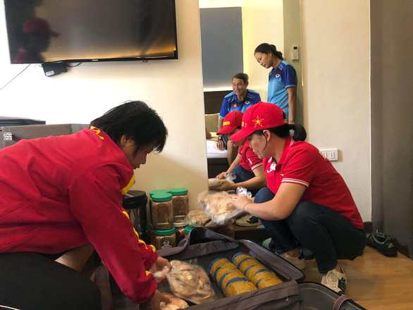 Thấy tuyển nữ Việt Nam ăn uống thiếu thốn, CĐV tiếp tế gần 60kg thức ăn từ quê nhà - Ảnh 2.