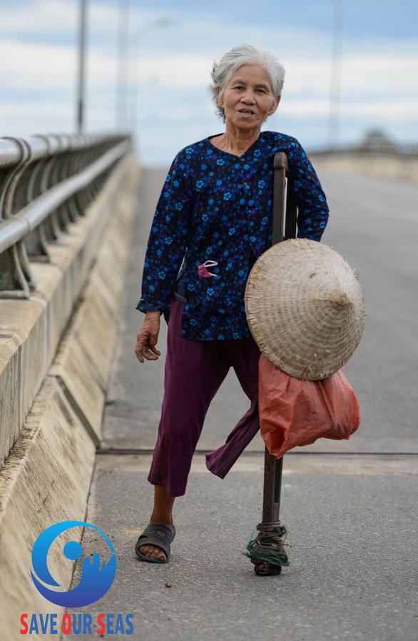 Bà cụ nhặt rác một chân ở bãi biển Gio Linh và điều ước một lần được thăm lăng Bác - Ảnh 1.
