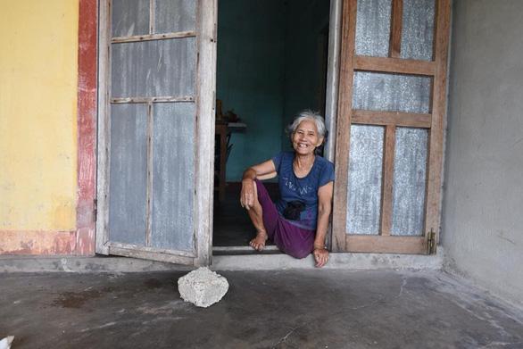 Bà cụ nhặt rác một chân ở bãi biển Gio Linh và điều ước một lần được thăm lăng Bác - Ảnh 3.