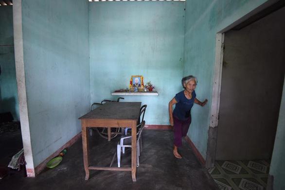 Bà cụ nhặt rác một chân ở bãi biển Gio Linh và điều ước một lần được thăm lăng Bác - Ảnh 4.