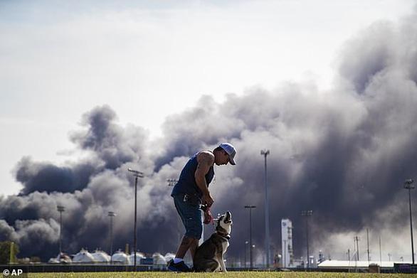 Nổ nhà máy hóa dầu, 60.000 người ở 4 thành phố Mỹ phải di tản - Ảnh 2.