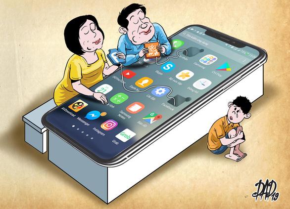 Trẻ bị bỏ rơi ngay trong nhà vì bố mẹ mải xem điện thoại, tivi - Ảnh 1.