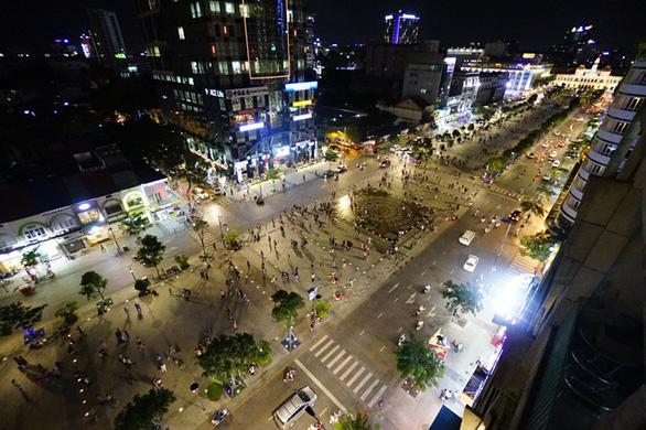 TP.HCM cấm xe ra vào đường Nguyễn Huệ liên tục ba đêm cuối tuần - Ảnh 1.