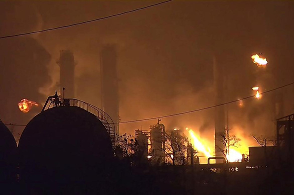 Nổ nhà máy hóa dầu, 60.000 người ở 4 thành phố Mỹ phải di tản - Ảnh 1.