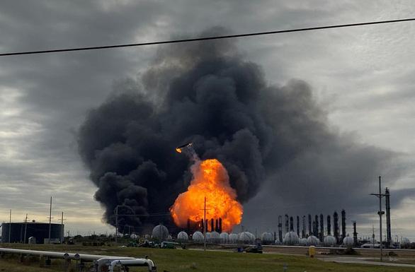 Nổ nhà máy hóa dầu, 60.000 người ở 4 thành phố Mỹ phải di tản - Ảnh 5.