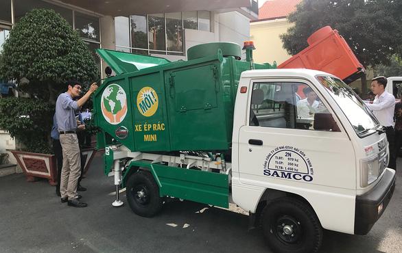 Thiếu tiền để chuyển đổi xe thu gom rác - Ảnh 1.