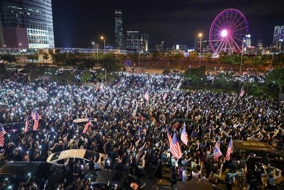 Người Hong Kong xuống đường vào Lễ Tạ ơn, tỏ lòng cảm kích Mỹ - Ảnh 3.