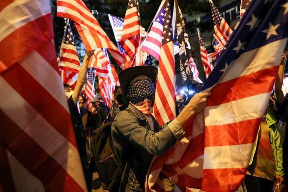 Người Hong Kong xuống đường vào Lễ Tạ ơn, tỏ lòng cảm kích Mỹ - Ảnh 1.