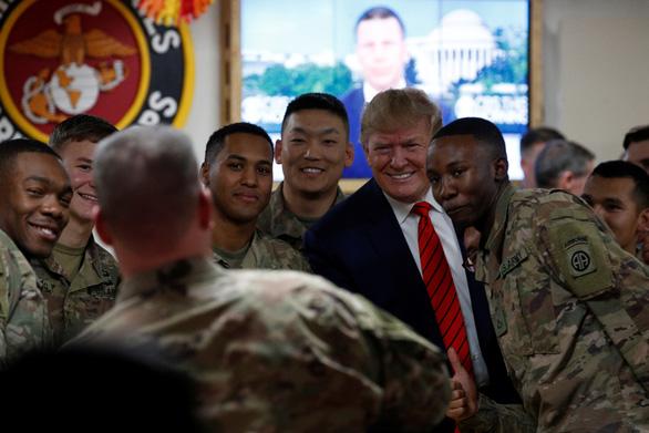 Ông Trump bất ngờ thăm binh sĩ Mỹ tại Afghanistan dịp lễ Tạ ơn - Ảnh 1.