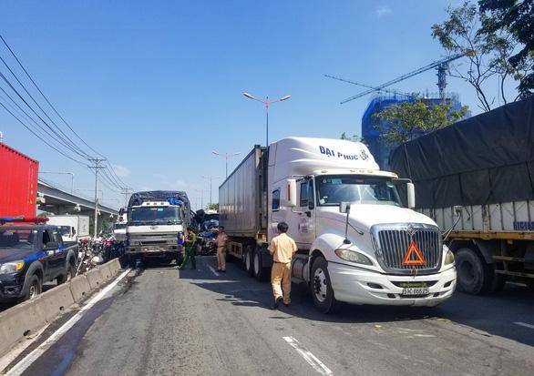 Xe container tông thẳng dòng xe đang dừng đèn đỏ trên xa lộ Hà Nội - Ảnh 1.