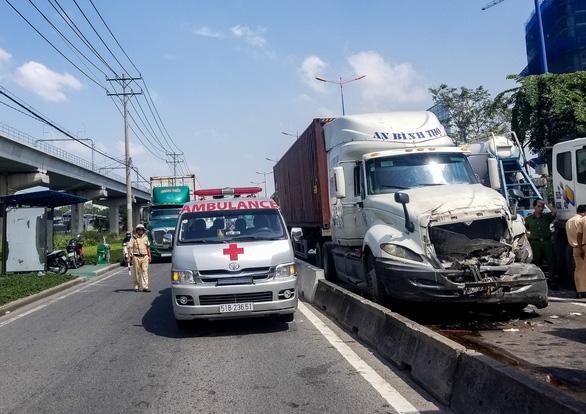 Xe container tông thẳng dòng xe đang dừng đèn đỏ trên xa lộ Hà Nội - Ảnh 3.
