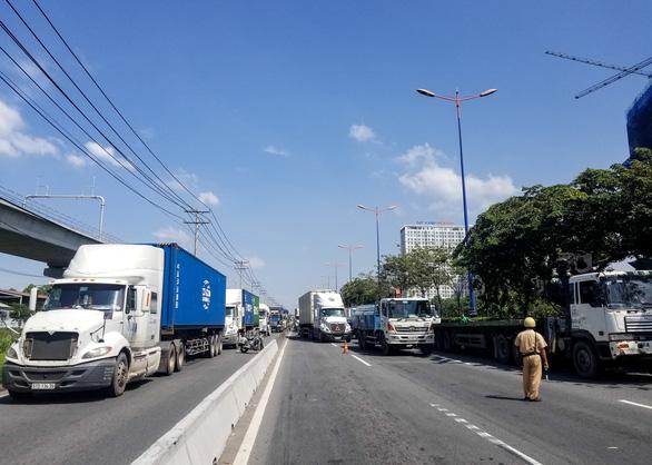 Xe container tông thẳng dòng xe đang dừng đèn đỏ trên xa lộ Hà Nội - Ảnh 4.
