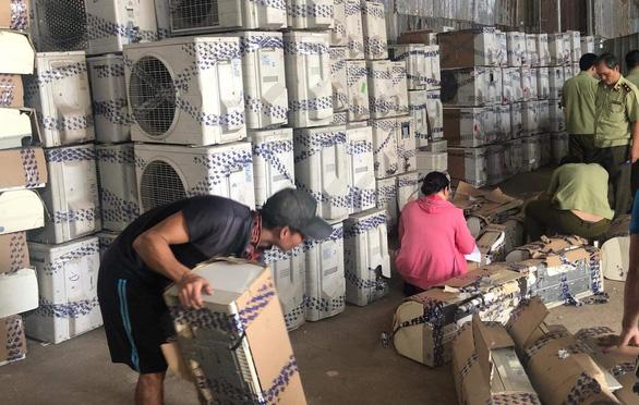 Hàng trăm bộ máy lạnh cũ nghi nhập lậu từ Campuchia về TP.HCM gia công bán lại - Ảnh 1.