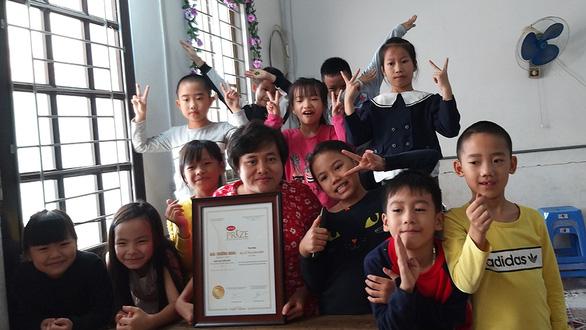 Hạt cát nhỏ Lan Anh 20 năm dạy tiếng Anh miễn phí cho trẻ nghèo, khuyết tật - Ảnh 1.