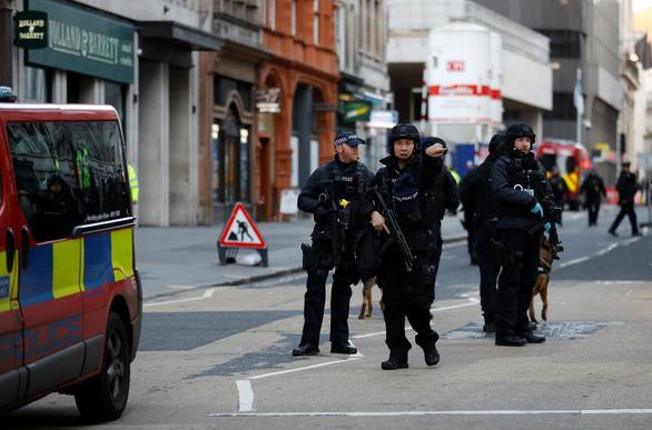 Cảnh sát đã bắn hạ nghi phạm đâm dao nhiều người bị thương trên cầu London? - Ảnh 4.