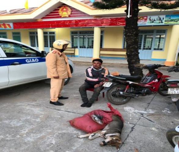 Trộm chó chống trả CSGT bằng bột ớt và gậy chích điện - Ảnh 1.