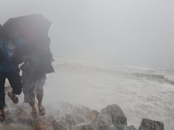 Áp thấp ở bắc Trường Sa khả năng mạnh lên, đất liền mưa lớn - Ảnh 1.