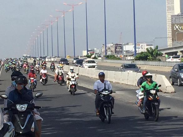 TP.HCM mở rộng làn đường dành cho xe máy trên cầu Sài Gòn - Ảnh 2.