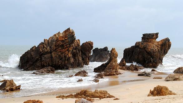 Bơi sông, tắm biển Nhật Lệ, ngắm bãi Đá Nhảy nổi tiếng Quảng Bình - Ảnh 1.