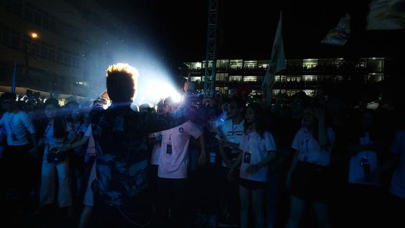 Hàng ngàn sinh viên chào đón tân binh cùng hoàng tử mưa Trung Quân Idol - Ảnh 7.