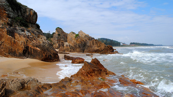 Bơi sông, tắm biển Nhật Lệ, ngắm bãi Đá Nhảy nổi tiếng Quảng Bình - Ảnh 2.