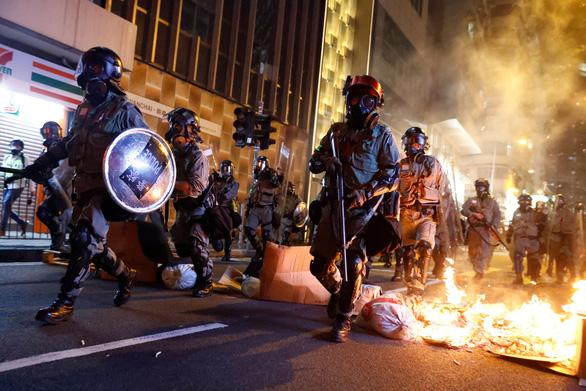 Bạo lực bùng phát dữ dội ở Hong Kong, văn phòng Tân Hoa xã bị đập phá - Ảnh 1.