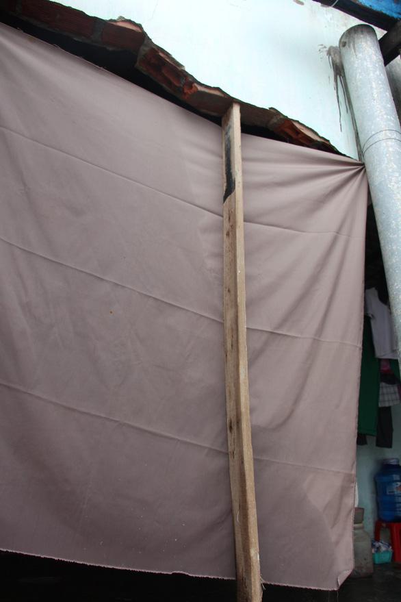 Sau bão số 5, dân Nhơn Hải nơm nớp sống trong những ngôi nhà sắp sập - Ảnh 3.