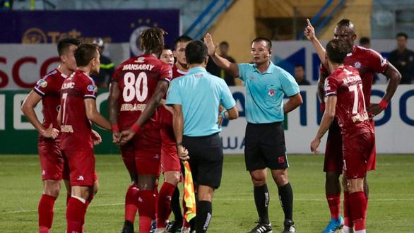 VAR ở V-League: Mùa bóng 2020 cũng chưa chắc - Ảnh 1.