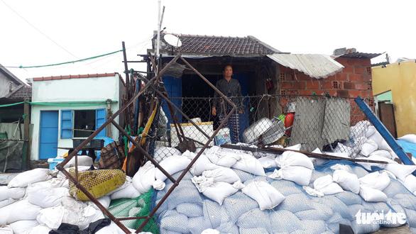 Sau bão số 5, dân Nhơn Hải nơm nớp sống trong những ngôi nhà sắp sập - Ảnh 4.