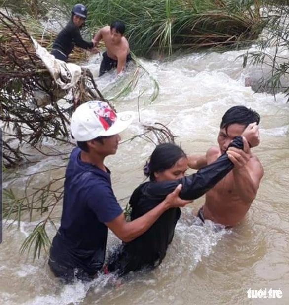 Lập cầu người, lao sông cứu người trong lũ - Ảnh 2.